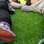 人工芝をコンクリートの庭にひいた話